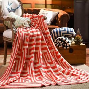 On aimera ce lover sur son canapé dans ce grand plaid à motifs. Le rouge redonne du peps à l'automne